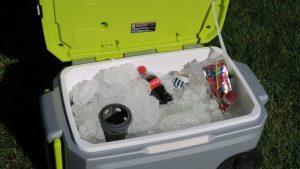 Trên tay máy lạnh mini di động kết hợp thùng giữ lạnh Ryobi 26