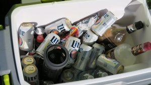Trên tay máy lạnh mini di động kết hợp thùng giữ lạnh Ryobi 25