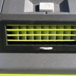 Trên tay máy lạnh mini di động kết hợp thùng giữ lạnh Ryobi 22