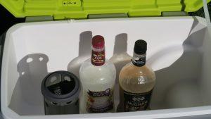 Trên tay máy lạnh mini di động kết hợp thùng giữ lạnh Ryobi 24
