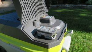 Trên tay máy lạnh mini di động kết hợp thùng giữ lạnh Ryobi 14