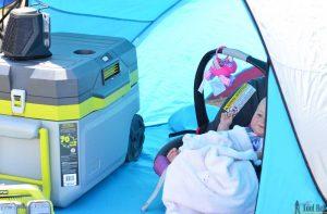Trên tay máy lạnh mini di động kết hợp thùng giữ lạnh Ryobi 32