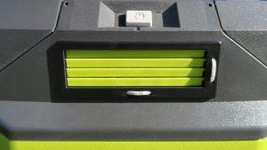 Trên tay máy lạnh mini di động kết hợp thùng giữ lạnh Ryobi 15