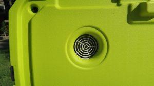 Trên tay máy lạnh mini di động kết hợp thùng giữ lạnh Ryobi 20